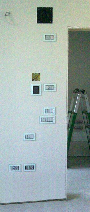 Muro in cantiere con moltissime placche elettriche